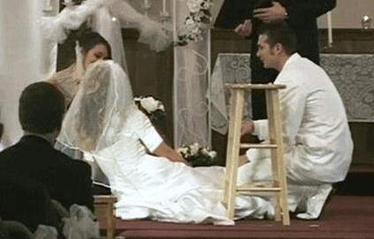 نشستن داماد و عروس و ساقدوش ها برروی زمین برای ادامه دادن مراسم