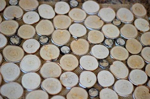 برای درست کردن زیربشقابی چوبی حلقه های چوب را بشویید