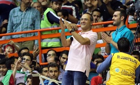 رامبد جوان و نیما شعبان نژاد در حال تشویق تیم والیبال