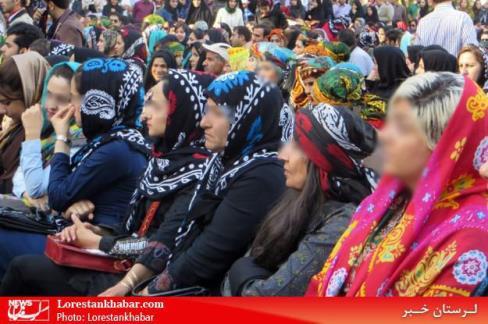 تماشاگران رقص مختلط زنان و مردان در لرستان