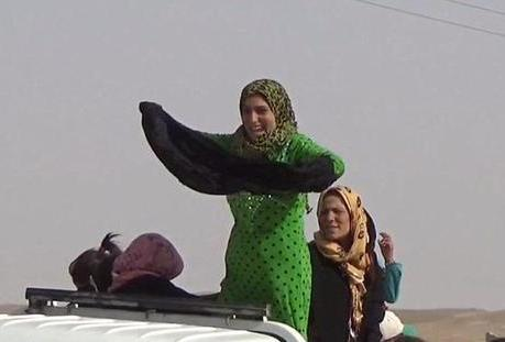 زنان و در آوردن لباس مشکی پس از رهایی از داعش 2