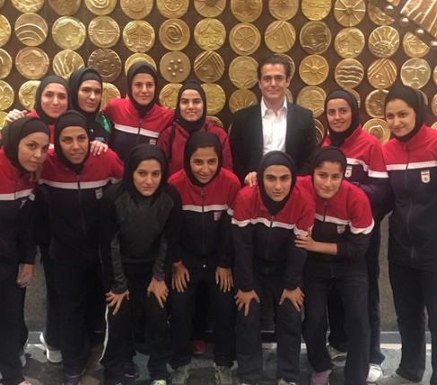 محمدرضا گلزار در کنار تیم ملی فوتسال بانوان