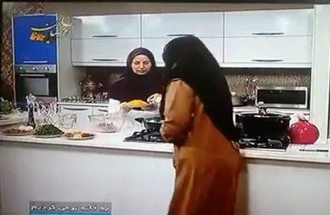 برداشتن غذا توسط صبا راد