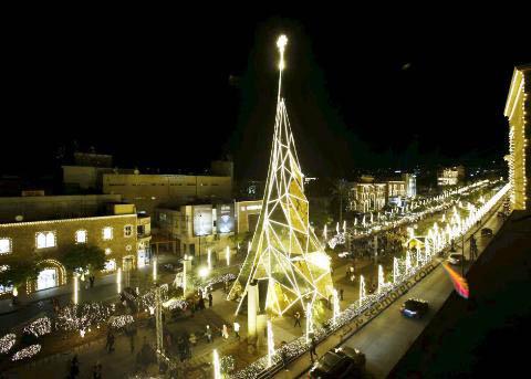 درخت کریسمس در بیبلوس در شمال بیروت لبنان