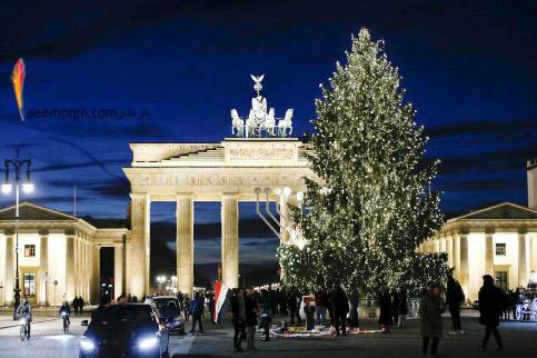 درخست کریسمس در مقابل دروازه براندنبروگ برلین آلمان