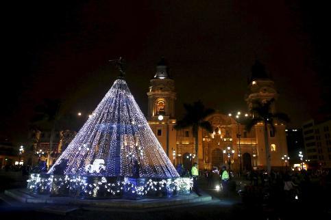درخت کریسمس در مقابل کلیسای جامع لیما در پرو