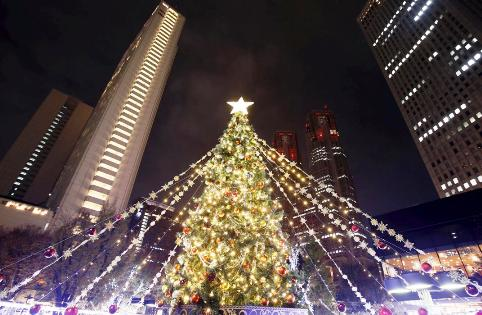 درخت کریسمس در مقابل شهرداری توکیو در ژاپن