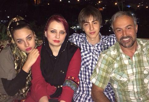 دانیال حکیمی در کنار همسر و فرزندانش