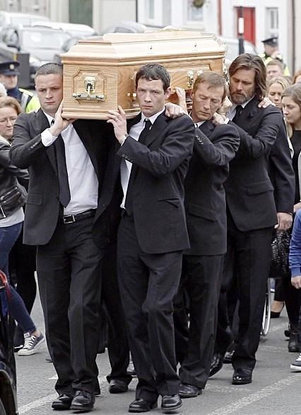 جیم کری غمگین و ناراحت در کنار تابوت نامزدش! عکس