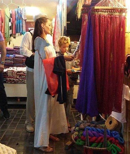 آنجلینا جولی و برد پیت در یک بازار محلی