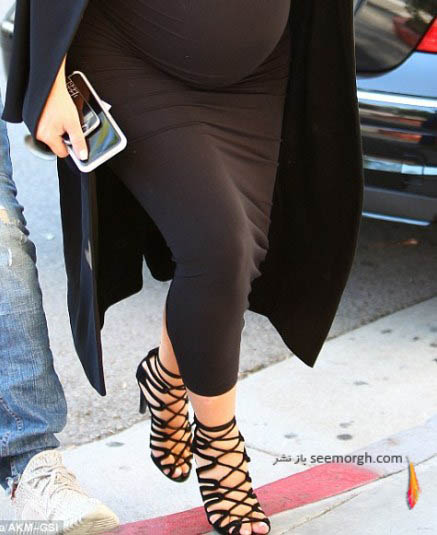 عکس بارداری کیم کارداشیان و پوشیدن کفش پاشنه بلند