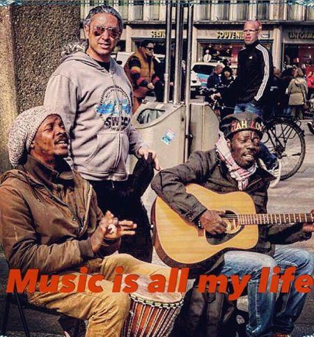 مازیار فلاحی در کنار نوازندگان خیابانی