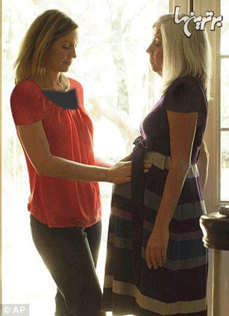 دختر در حال لمس فرزندش در بدن مادرش!