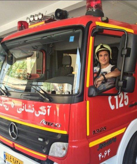 عکس یادگاری گلزار با ماشین آتشنشانی