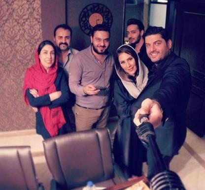 عکس سام درخشانی و همسرش در کنار دوستان شان