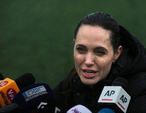 سخنرانی آنجلینا جولی در زیر بارش باران