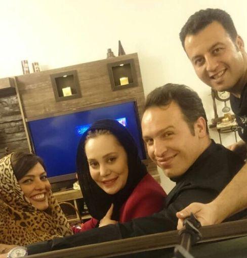 آرام جعفری و همسرش در کنار دوستان شان