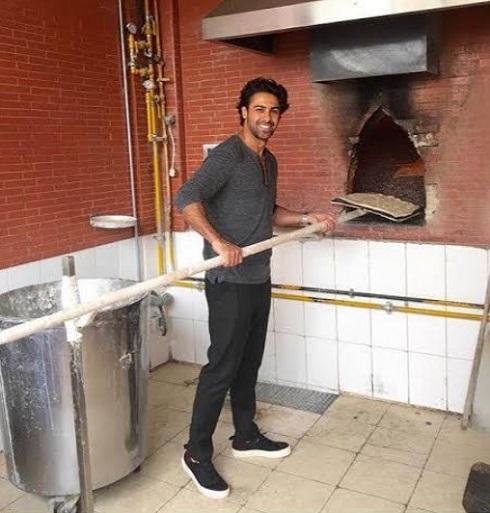 عکس فرهاد مجیدی در حال پختن نان سنگک
