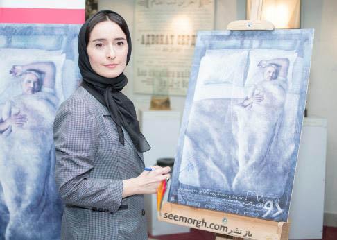 سهیلا گلستانی در کنار پوستر فیلم دو