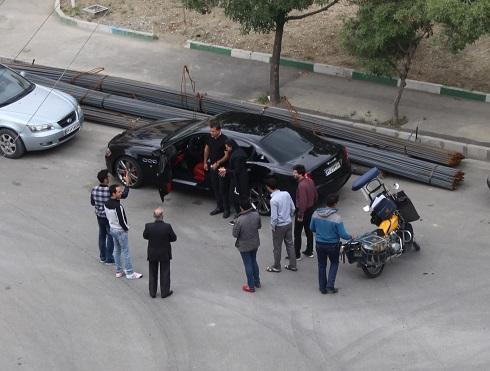 عکس علی دایی و همسرش در محاصره هواداران