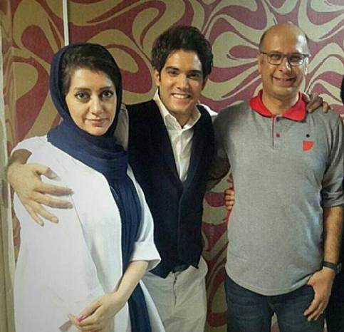 امیر علی نبویان در کنار همسرش بهار و صداپیشه جناب خان