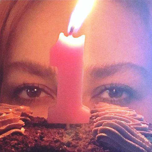 جشن آنا نعمتی با کیک و عدد 1