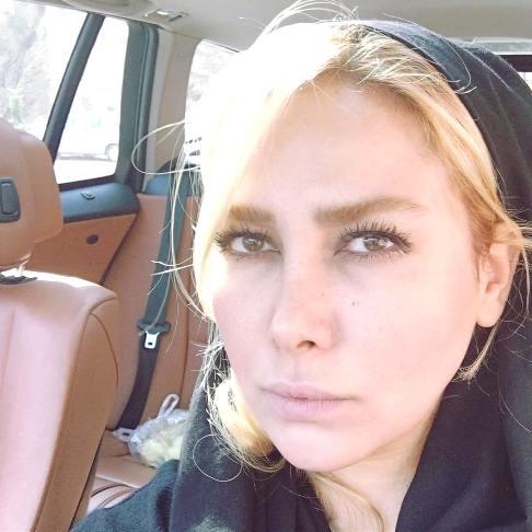 سلفی آنا نعمتی در اتومبیل اش