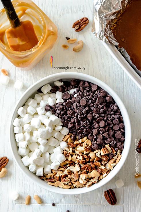 مرحله سوم درست کردن شکلات کارملی آجیلی