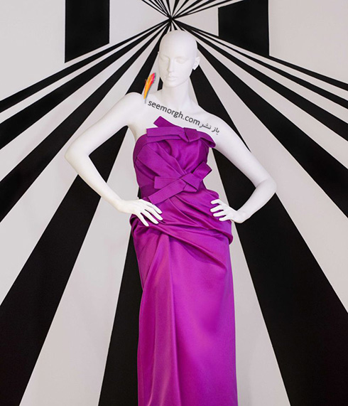 این لباس شب بنفش ساتن از مجموعه ی بهاری 2011 کارولینا هررا است و توسط آنجلینا جولی در نمایه مد 2010 پوشیده شده است