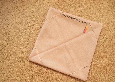 مرحله سوم تزیین دستمال سفره به شکل زیربشقابی