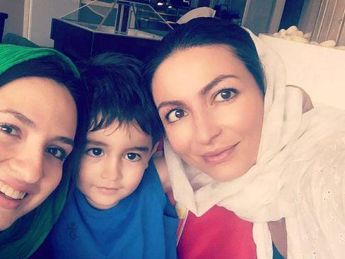 گلاره عباسی در کنار خواهرش بهار و خواهرزاده اش