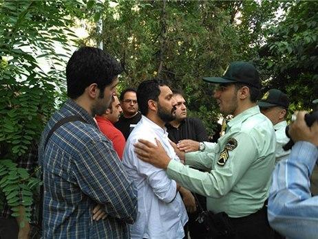 حامد بهداد درحال صحبت با مامورین نیروی انتظامی