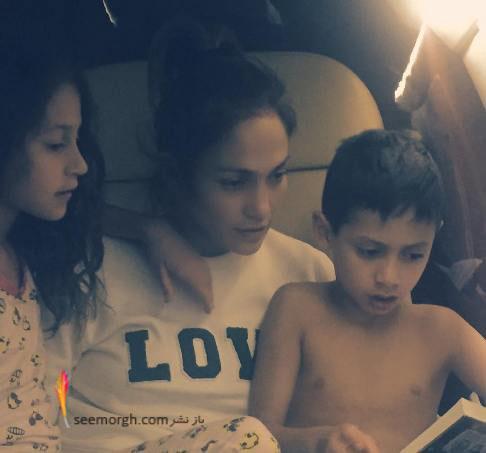 جنیفر لوپز در کنار فرزندانش درحال کتاب خواندن