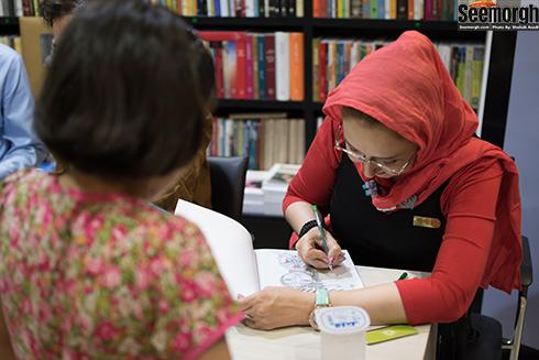 کتایون ریاحی در حال امضا کردن کتابش