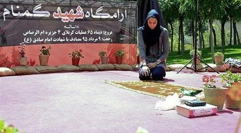 عکس اهدای مدال کیمیا علیزاده به شهید گمنام 18 ساله