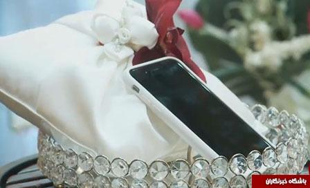 عروس خانم یک گوشی هوشمند آیفون