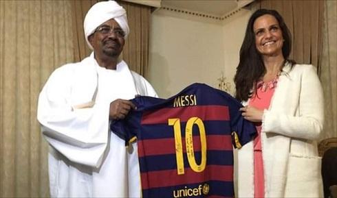عکس هدیه مسی به رئیس جمهور سودان