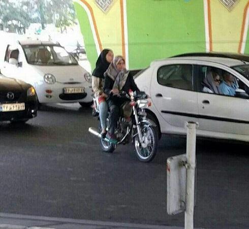 خانم محجبه موتورسوار زیر پل پارک وی