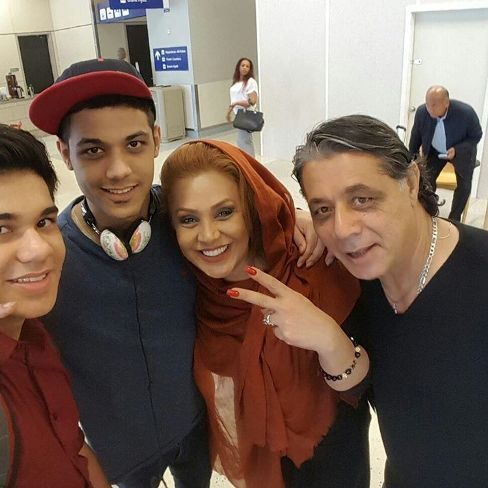 نسرین مقانلو در کنار همسر و فرزندانش در فرودگاه دالاس آمریکا