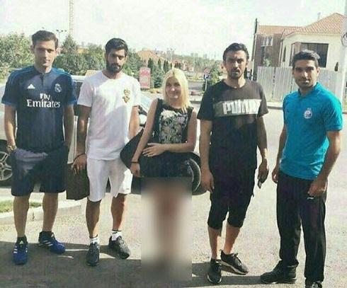 عکس یادگاری بازیکنان استقلال با یک دختر بی حجاب
