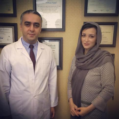 روناک یونسی در کنار پزشک پوست و مو هایش