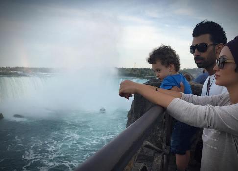 روناک یونسی و همسر و فرندش در کنار آبشار نیاگارا
