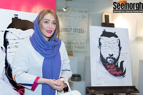 سارا منجزی پور در کنار پوستر فیلم اینجا کسی نمی میرد