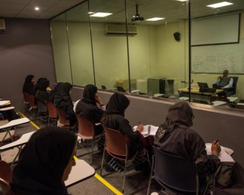 کلاس درس دختران دانشجو در دانشگاه
