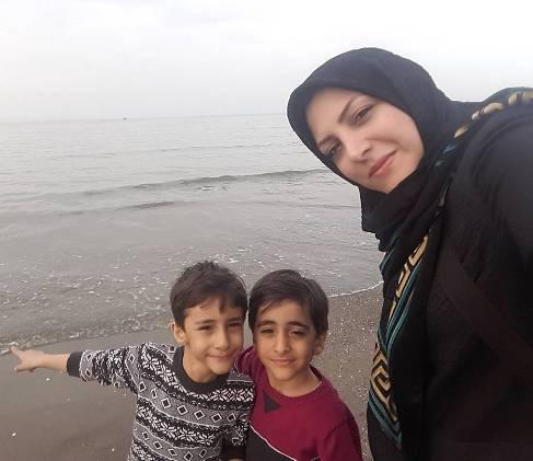 المیرا شریفی مقدم در کنار فرزندانش