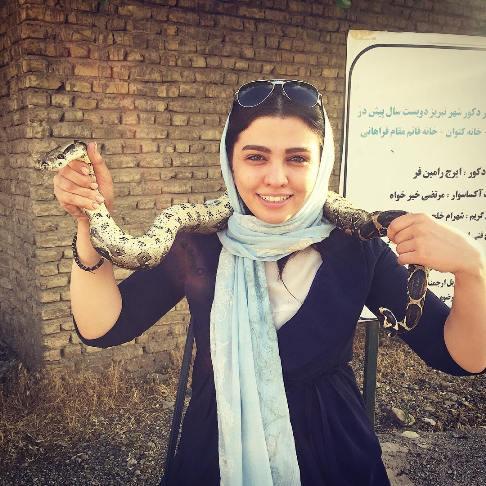 عکس یادگاری سیما خضرآبادی با یک مار