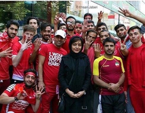 عکس ساره بیات در میان هواداران دربی