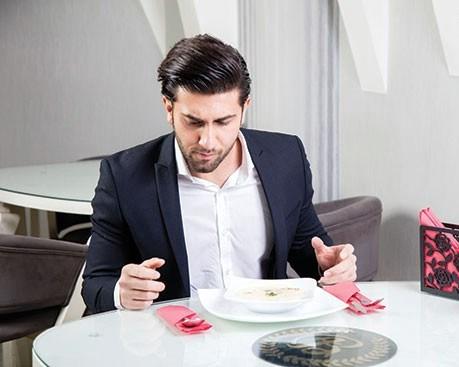 به چیدمان قاشق ها روی میز غذاخوری دقت کنید