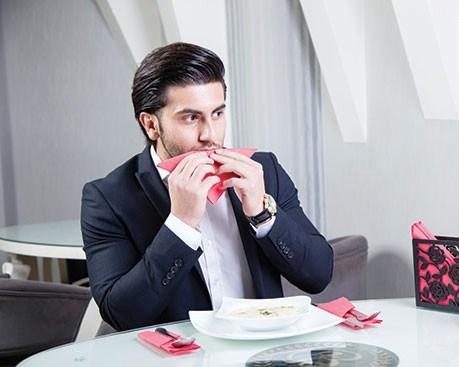 دستمال سفره فقط به یك منظور استفاده میشود، آن هم پاك كردن دهان به شكل بسیار آرام و آهسته است