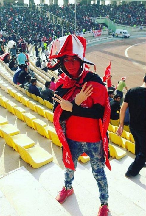 عکس دختر جوان پرسپولیسی در ورزشگاه اهواز